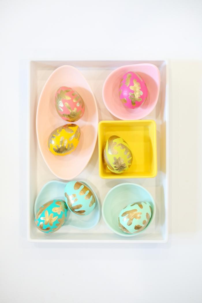 bunte Eier bemalen, in kleinen Schachtel mit origineller Form geordnet