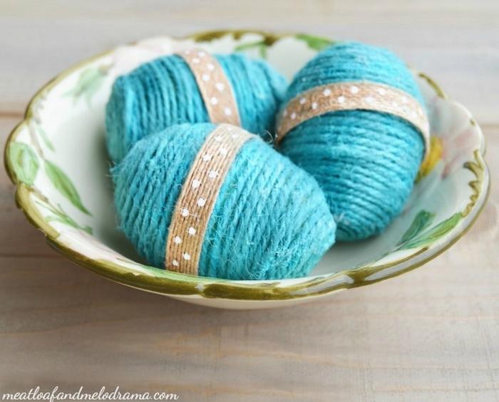 eier selber machen ostereier bemalen natürliche farben ostereier muster kinder ostereier in baumwollfaden binden himmelblau