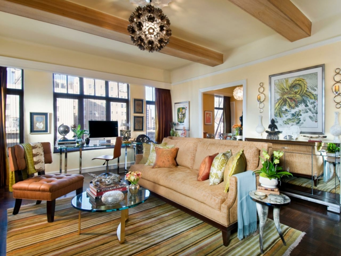 oranges Sofa, gepolsteter Sessel, gestreifter Teppich, ein runder Lampenschirm, Wohnzimmer Ideen für kleine Räume