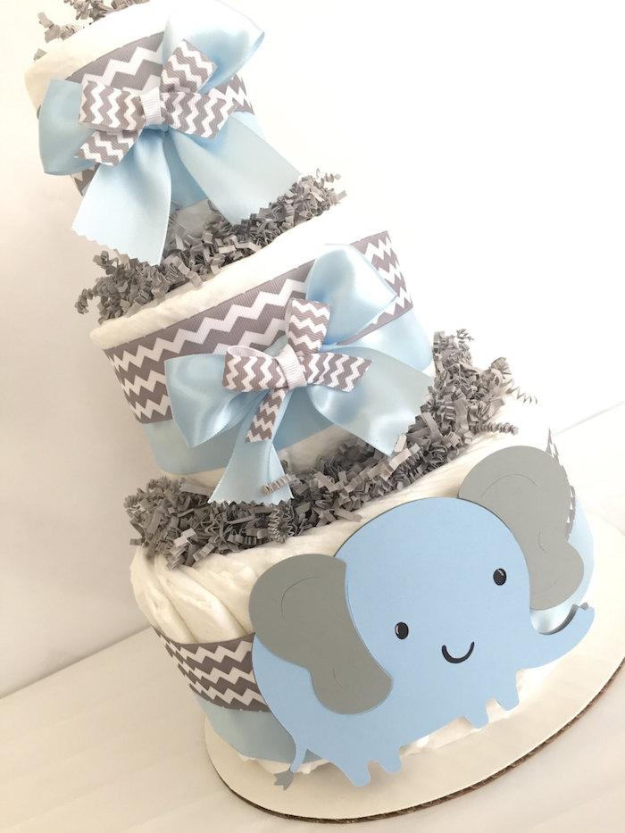 blauer großer elefanz mit schwarzen augen und zwei großen grauen ohren, eine windeltorte junge selber machen, eine torte mot vielen weißen windeln und blauen und grauen schleifen