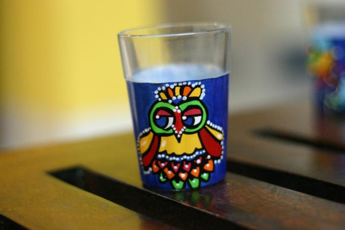 blauem Glas, bunte Eule, Gläser verzieren, ein Glas zum Wassertrinken jeden Tag