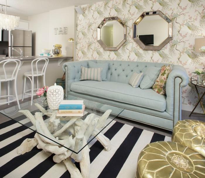 ein Glastisch, zwei gerundete Spiegel, kleine Räume einrichten, hellblaue Couch