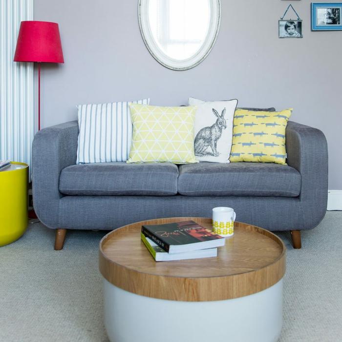 runder Spiegel, Tisch aus zwei Teilen, grauer Teppich, kleine Räume einrichten