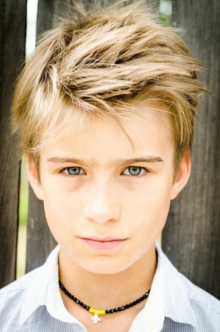 kurze, wilde Haare, ein blonder Junge, schönes Beispiel für Frisuren für Jungs