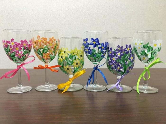 schöne Gläser mit Blumen verziert, mit bunten Blumen Glas bemalen, Schleife binden