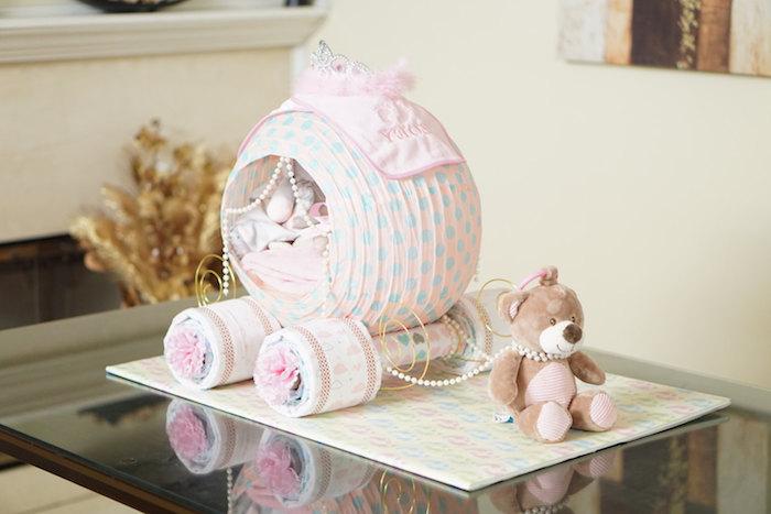 ein kleiner brauner bär, ein tisch aus glass, eine windeltorte mädchen selber machen, eine kleine kutsche mikt kleinen pinken windeln und rosen