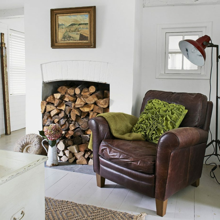 ein Ledersessel mit grüner Dekoration, ein weißer Kamin, kleine Räume einrichten