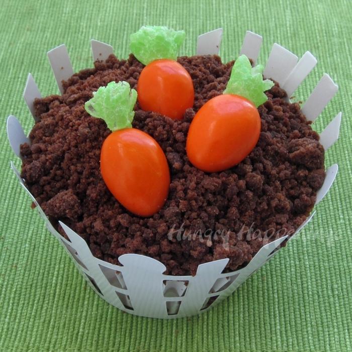 süße Ostergeschenke basteln mit Schokolade und Bonbons, ein Cupcake wie Garten