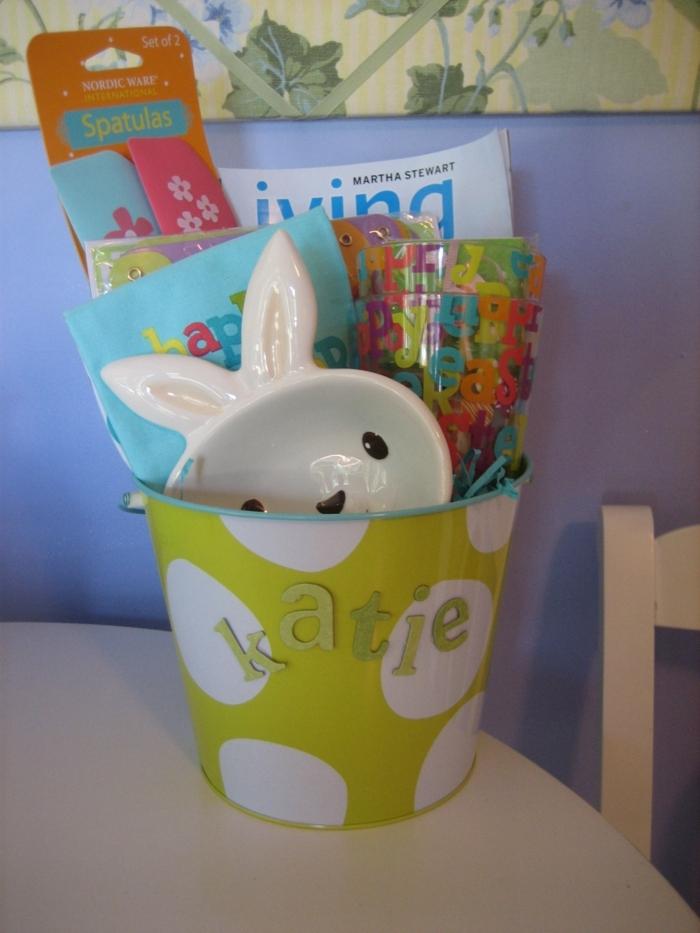 frohliche Ostern Basteln für Mutti, ein süße Schale mit Hasengesicht, viele Zeitschriften
