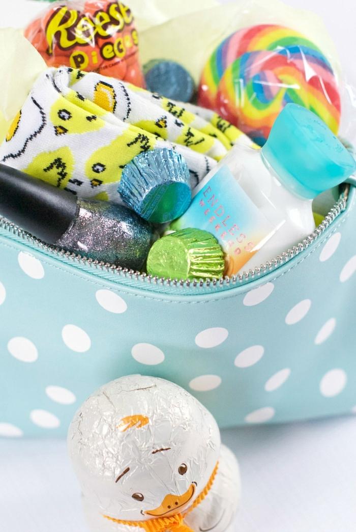 ein Etui voller kleine Geschenke, Nagellack, Süßigkeiten, Socken, Ostern basteln