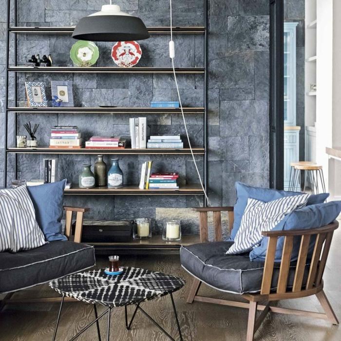 zwei hölzerne Sessel mit blauen Kissen, kleines Zimmer einrichten, ein Regalsystem