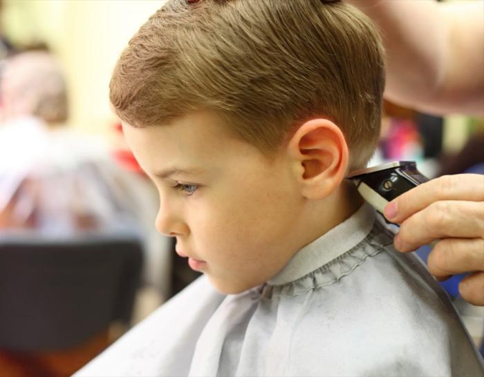 blonder Junge mit kurzen Haaren, Frisuren für Jungs mit Rasierapparat