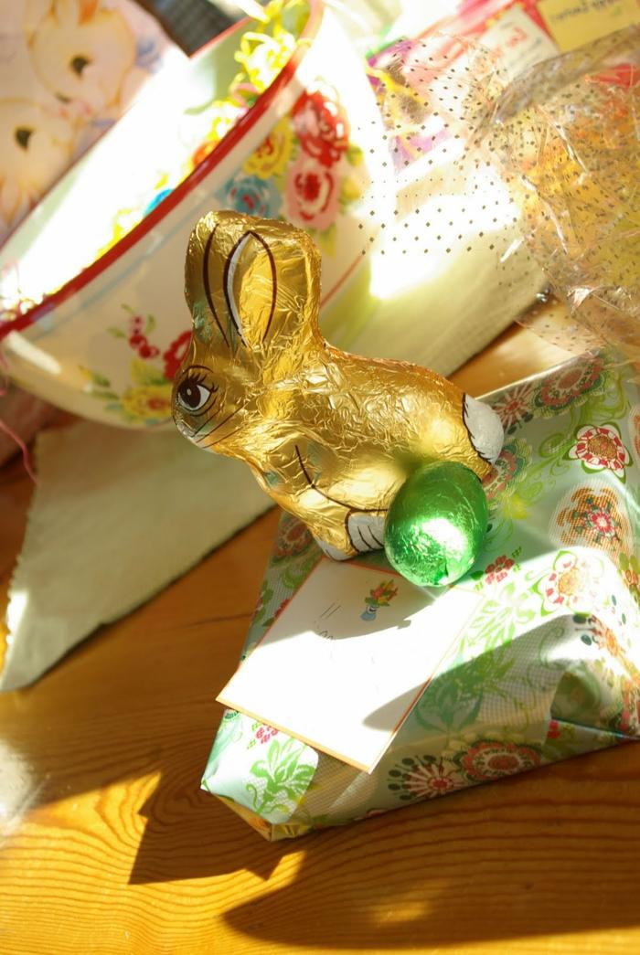 ein Osterhase aus Schokolade, kleine grüne Schokoladeeier, verpacktes Geschenk, Ostern basteln