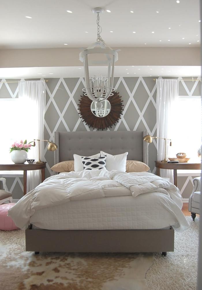 dekorativer Spiegel, an der Decke spiegeln sich kleine Lichter, Schlafzimmer grau