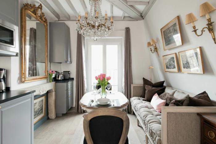 ein Sofa in grauer Farbe, ein Tisch mit Glas Decke, ein Kronleuchter, kleines Zimmer einrichten