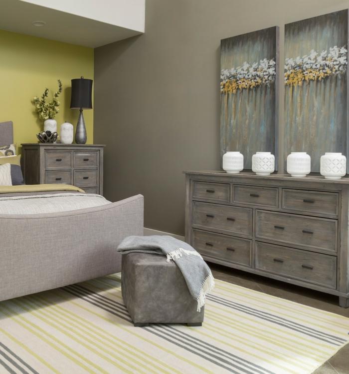 vier kleine weiße Laterne, zwei weiße Vasen, graue Regale, Schlafzimmer einrichten