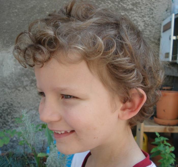 ein Junge, der lockig wie ein Engel aussieht, coole Frisuren von Kindern