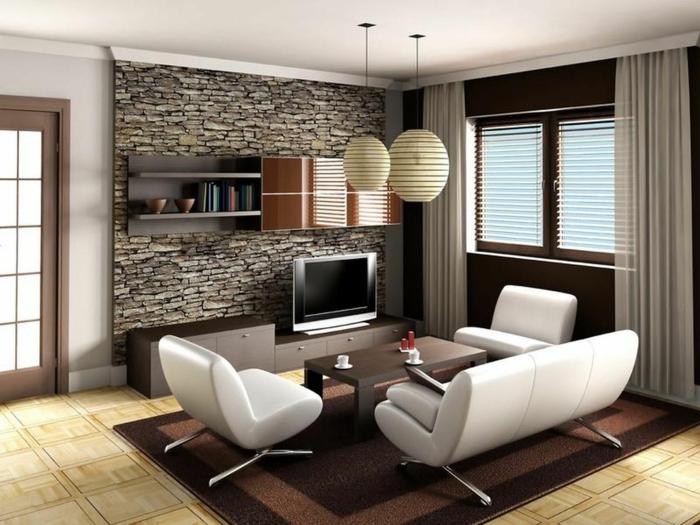 ein Steinwand, braune Regale, weiße Sessel und weißes Sofa, kleines Wohnzimmer einrichten