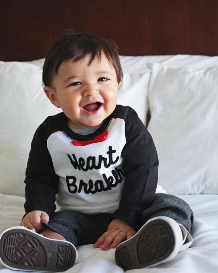 unregelmäßiger Kinderhaarschnitt, entzückendes Kleinkind mit schönen Klammotchen,