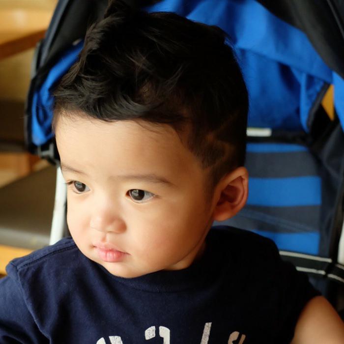 einjähriger Junge, ein rasierter Blitz seitlich, ganz entzückender Kinderhaarschnitt