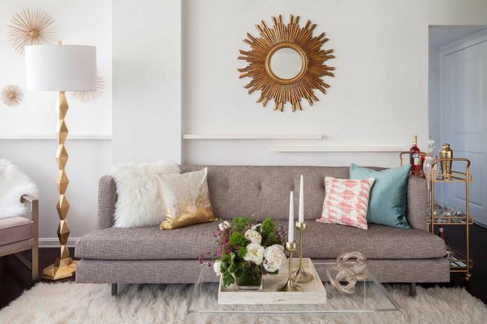 Spiegel mit Rahmen wie Sonnenstrahlen, graues Sofa, kleine Wohnung einrichten