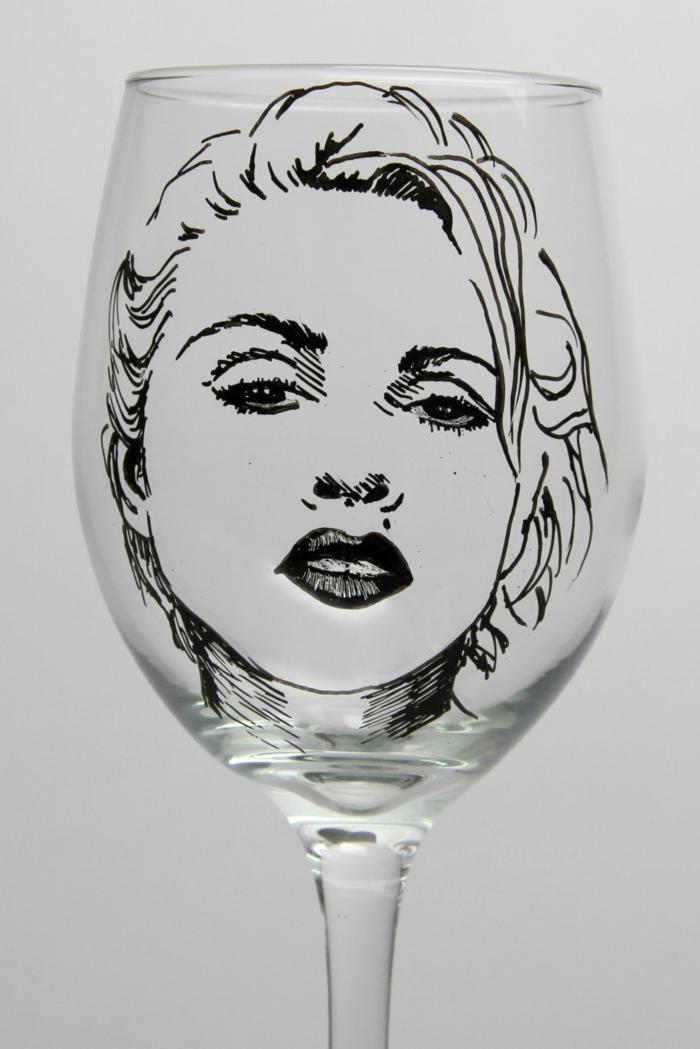 ein Gesicht auf Glas malen, sie können ihr eigenes Foto ausdrucken, das Beispiel ist Madona