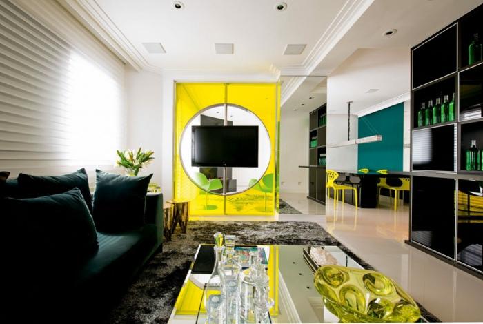 kleine Wohnung einrichten, gelber Schrank, schwarzes Sofa, Tisch mit Spiegeldecke