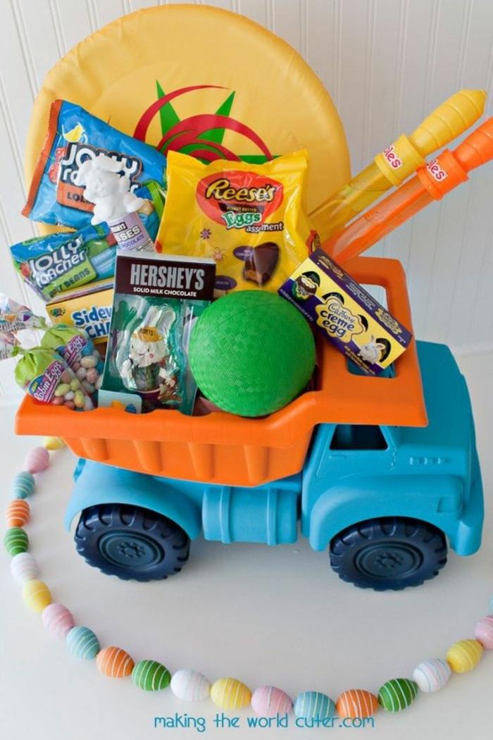 viele kleine Ostergeschenke für einen kleinen Jungen, Süßigkeiten und Spielzeuge