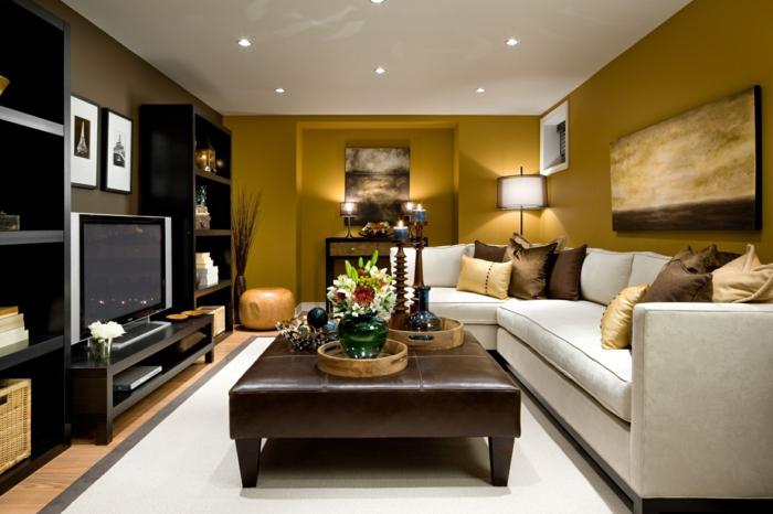 eine kleine Wohnung einrichten, weißes Sofa, Tisch mit Lederdecke, braune Wohnwand