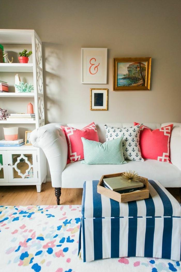 ein kompaktes Zimmer, kleine Wohnung einrichten, ein bunter Teppich, gestreifte Decke von Tisch, weiße Couch mit bunten Kissen