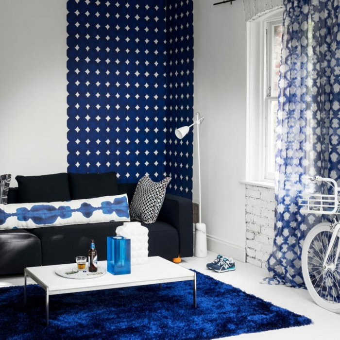 blauer Teppich, blaue Kissen, blaue Tapete und blaue Vorhänge, kleine Wohnung einrichten
