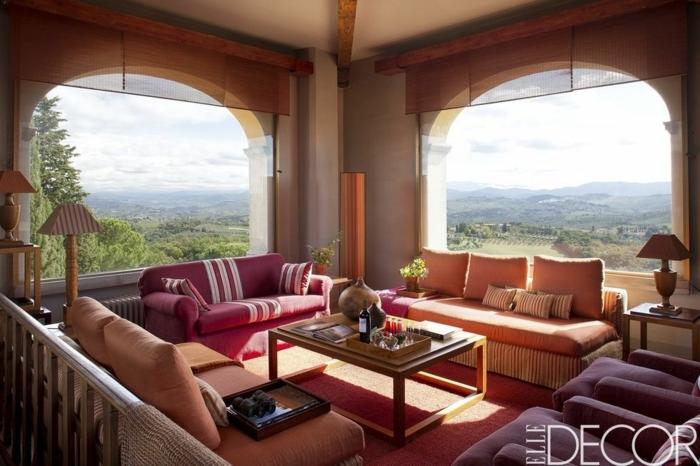 drei Sofas in verschiedenen Farben, zwei große Fenster, kleine Wohnung einrichten
