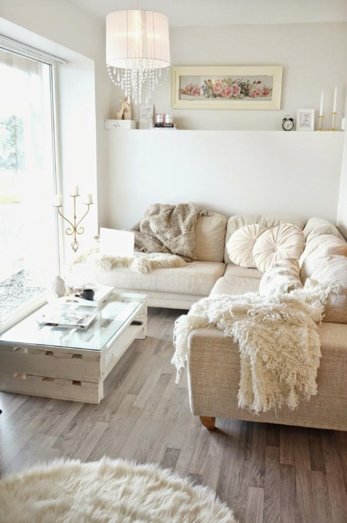 helles Zimmer, kleine Räume einrichten, ein Tischlein aus Palleten und Glasdecke, runde Kissen