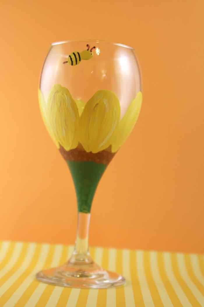 ein Glas, das Sonnenblumen darstellt, eine kleine Biene, Gläser verzieren