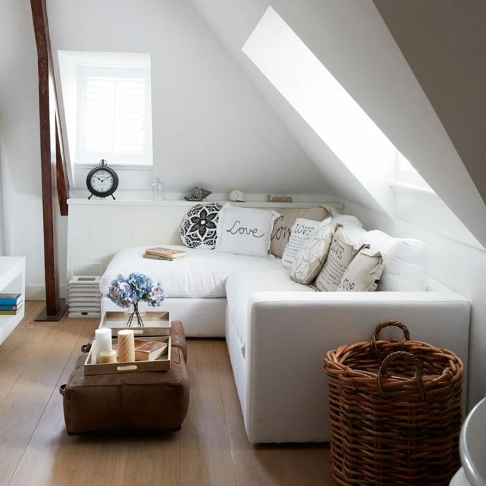 kleine Räume einrichten in einer Dachwohnung, ein kleiner Tisch, weiße Kissen mit Aufschriften