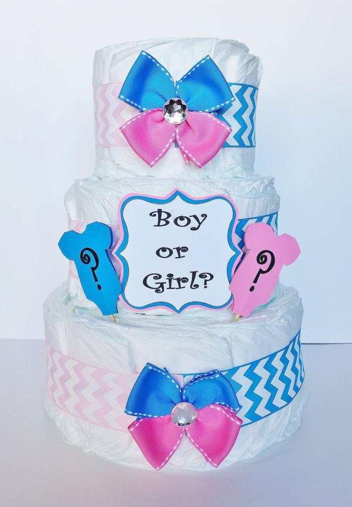 eine weiße dreistöckige torte mit vielen weißen windeln und mit blauen und pinken schleifen, windeltorte anleitung, torte mit vielen weißen windeln