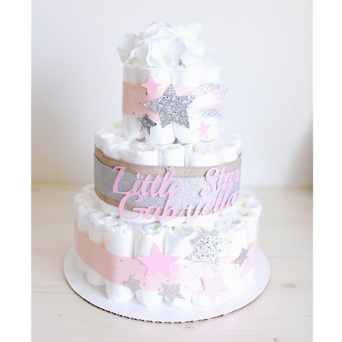 weiße torte mit vielen weißen windeln und mit kleinen und großen grauen und pinken sternen, eine windeltorte mädchen selber machen