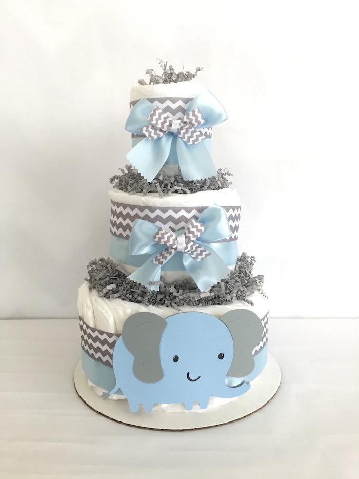 ein großer blauer elefant mit großen grauen ohren und schwarzen augen, eine dreistöckige windeltprte junge selber basteln mit großen blauen und grauen schleifen