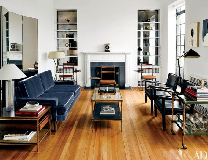 ein Kamin und Regale an der Wand, blaues Sofa und schwarze Stühle, kleine Räume einrichten
