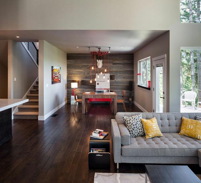 schlaue Zimmer einrichten Ideen, graues Sofa und gelbe Kissen, eine offene Wohnung
