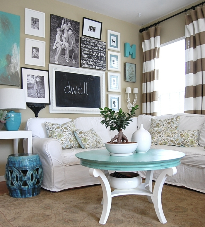 Fotowand und Tafelfarbe, Zimmer einrichten Ideen, weiße Couch, Tisch in zwei Farben