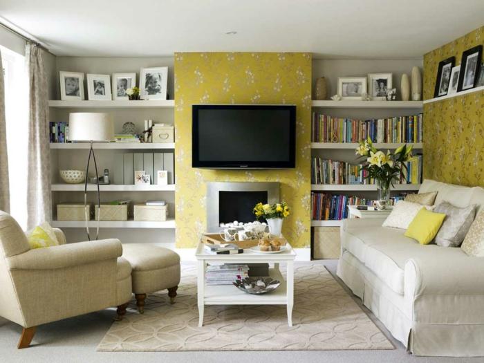 gelbe Tapete mit Blumenmustern, zwei Regalsysteme, weiße Wohnzimmermöbel, Zimmer einrichten Ideen