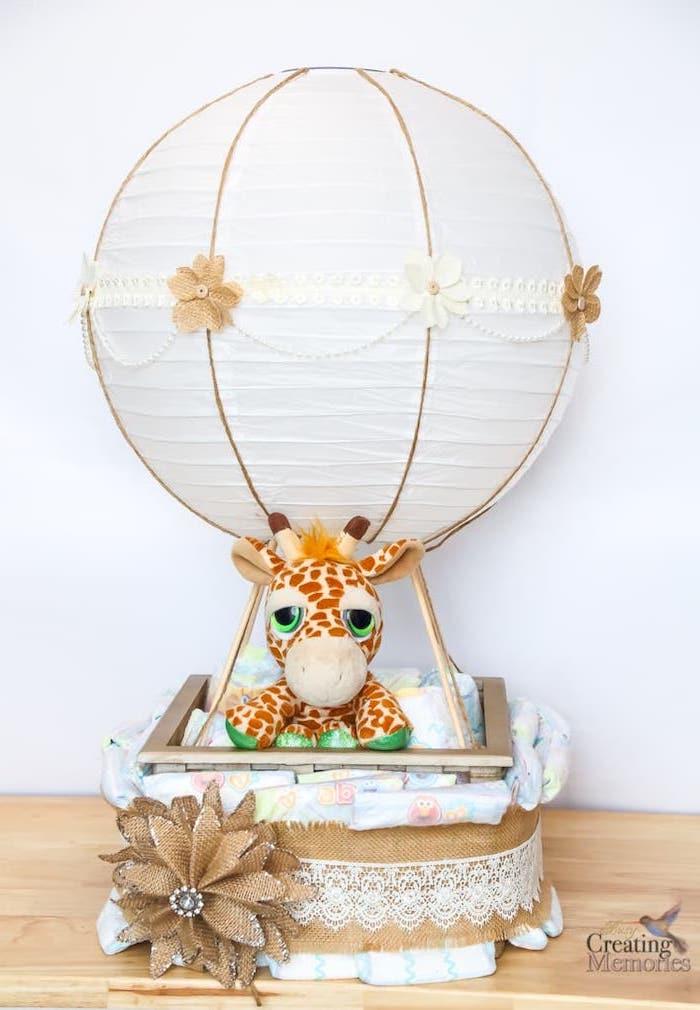 braune und weiße blumen, eine große weiße laterne, eine giraffe mit grünen augen, eine torte aus vielen weißen windeln, windeltorte bastelanleitung