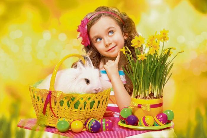 ein Ostern Bild, entzückendes Mädchen, weißes Kaninchen und Ostereier natürlich färben