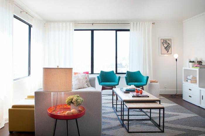 ein kleiner Tisch, zwei blaue Stühle, ein grauer Teppich, oranges Tischlein, Zimmer einrichten Ideen
