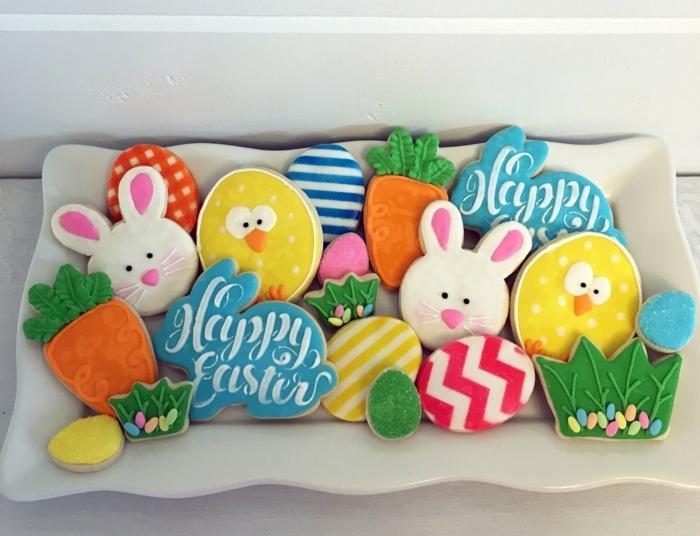 Plätzchen mit Glasur, Figuren von Osterhasen, Küken, Karotten und Eier, Ostern basteln