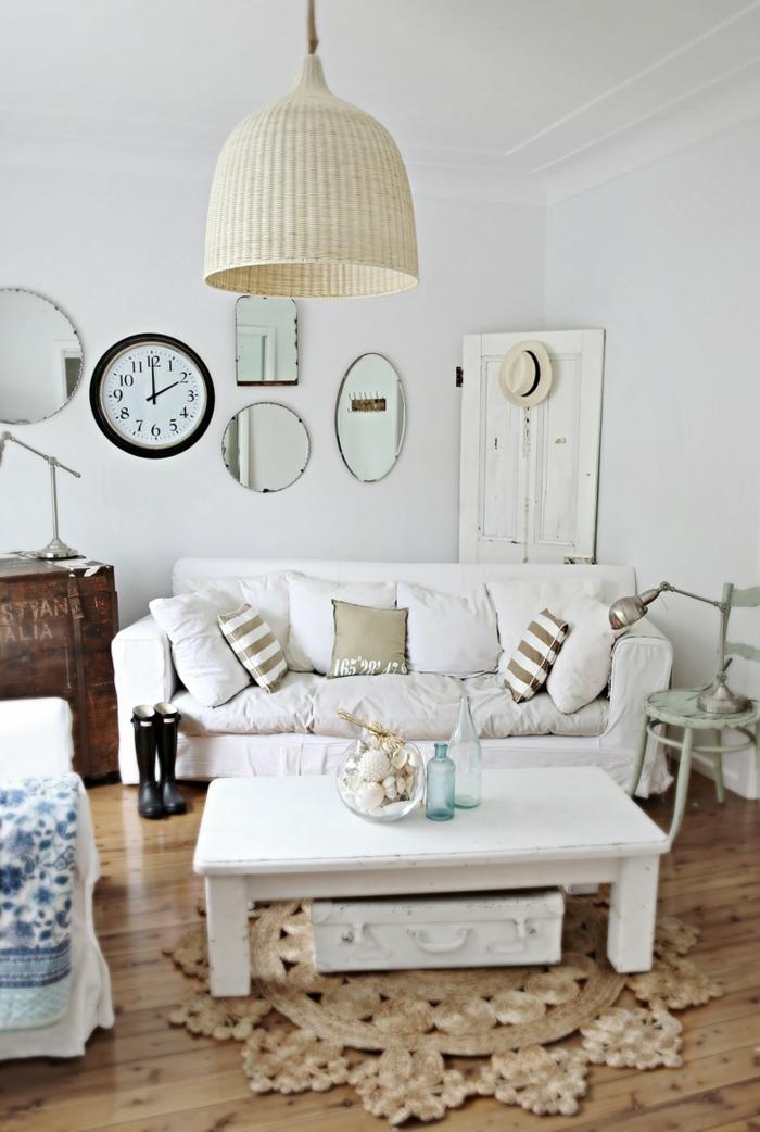 schönes vintage Zimmer mit einem weißen Sofa, kleines Zimmer einrichten