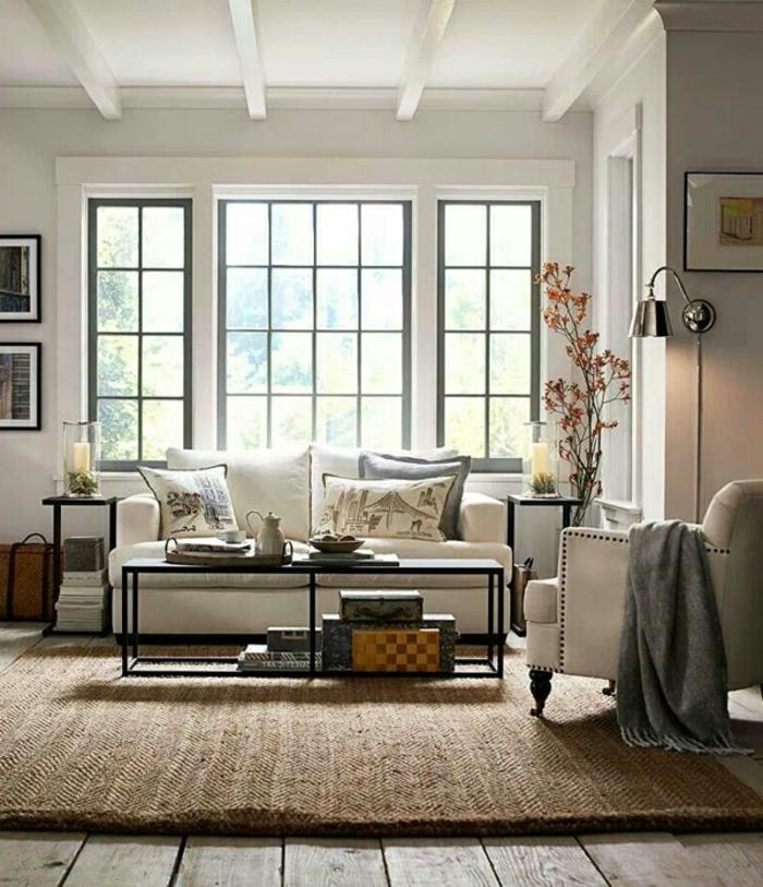 viel natürliches Licht, ein weißes Sofa, Wohnzimmer einrichten, brauner Teppich