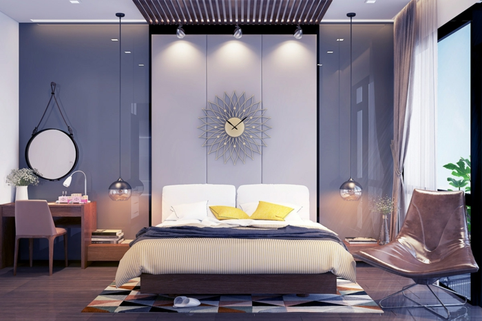 Schlafzimmer grau, glänzende Wände, eine schöne Wanduhr, Leseecke und Schreibtisch