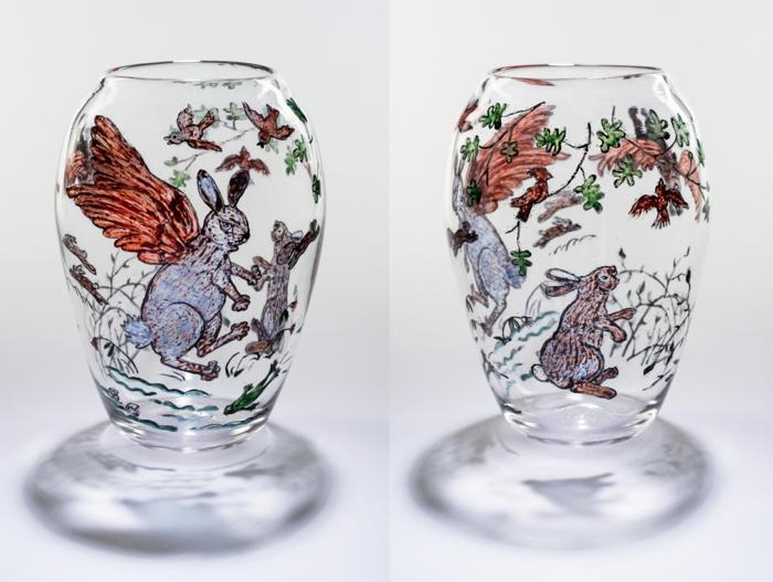 eine ausgefallene Vase mit Bildern von fliegenden Hasen, Vasen bemalen